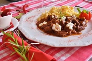 Hovězí guláš se obvykle podává s knedlíky či rohlíkem
